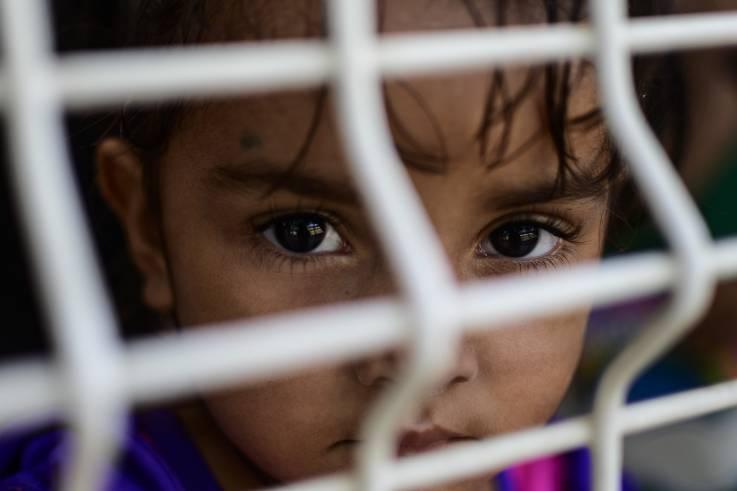 Niños migrantes comparten historias de cómo es estar encerrado en los centros de detención de EU