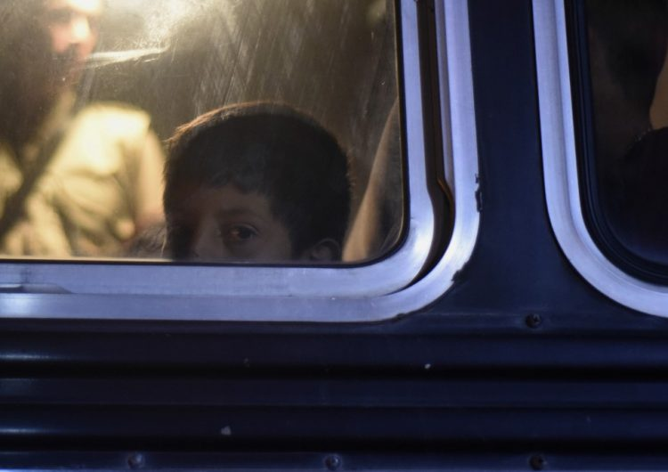 El gobierno de Trump dice que niños migrantes detenidos en un hotel no serán deportados