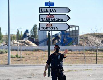 España reconfina a 200,000 personas en Cataluña al tiempo que abre sus fronteras