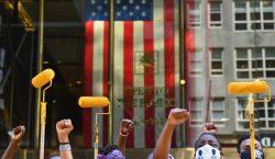 """Activistas llevan el """"Black Lives Matter"""" a la Quinta Avenida,…"""