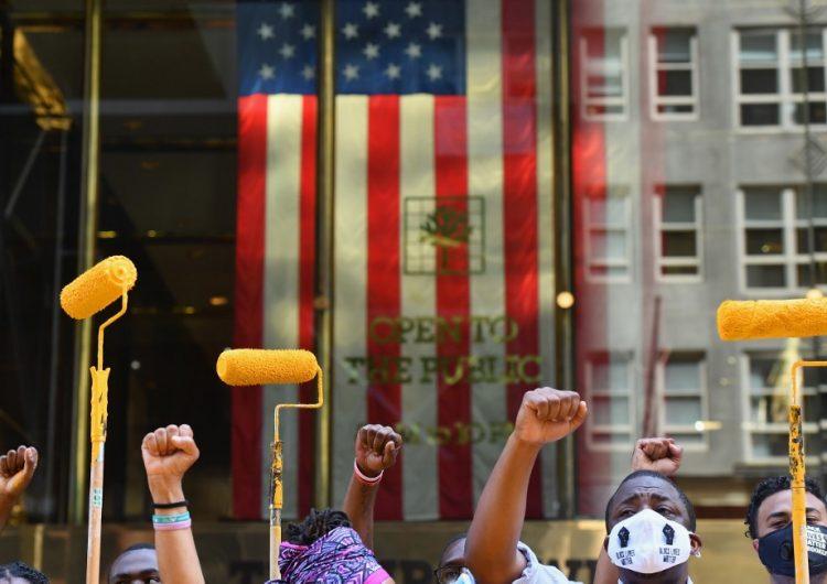 """Activistas llevan el """"Black Lives Matter"""" a la Quinta Avenida, frente a la Torre Trump"""