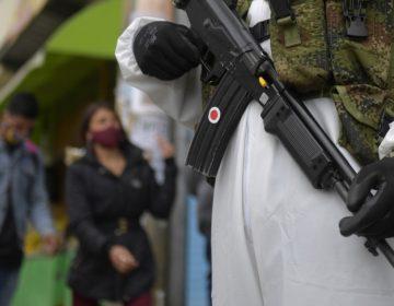 Grupos armados en Colombia imponen brutales reglas contra la propagación del COVID