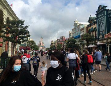 Francia obligará a usar cubrebocas en lugares públicos cerrados