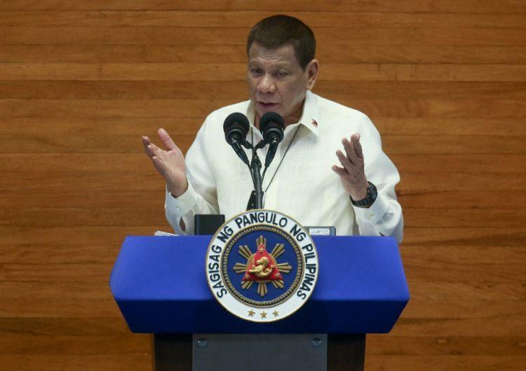El presidente de Filipinas, Rodrigo Duterte, de nuevo recomienda desinfectar los cubrebocas con gasolina