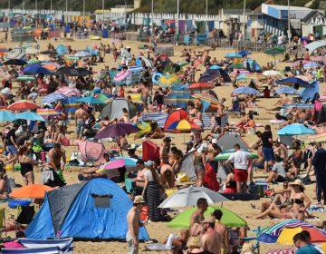 Miles de personas abarrotan las playas de Inglaterra sin mantener el distanciamiento físico