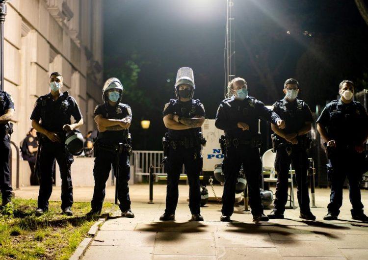 Nueva York recorta presupuesto para la policía en medio de llamados a desfinanciarla