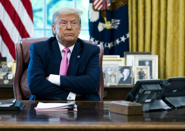 Trump firma memorándum para excluir a migrantes sin papeles de conteo del censo en EU