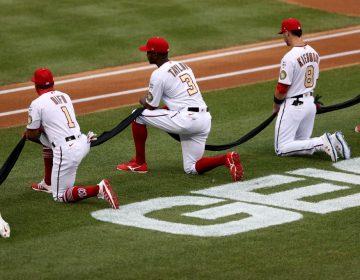 Los Nacionales y los Yankees se hincan contra el racismo en el primer partido de la temporada de la MLB