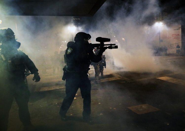 Policías enviados por Trump y manifestantes se enfrentan en ciudades de EU