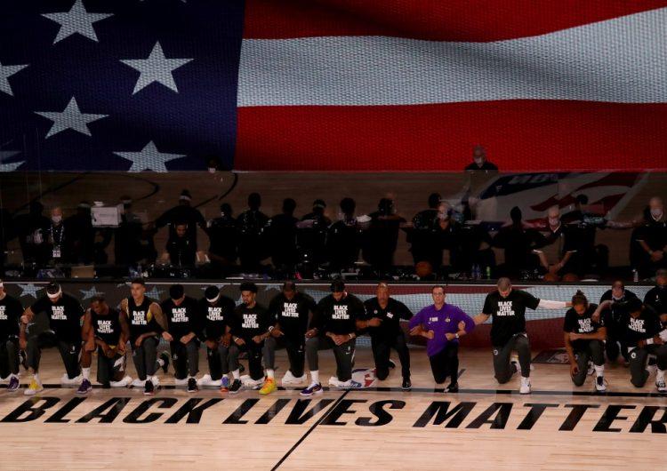 Jugadores de la NBA inician temporada con una protesta contra el racismo