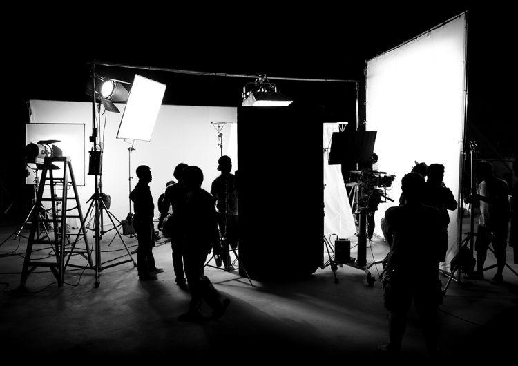 Tras la pandemia, trabajadores de la industria del cine reciben apoyo económico