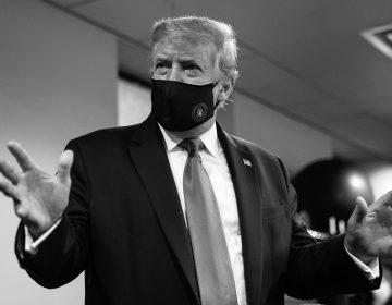 """Trump se pone cubrebocas y lo presume como un gesto """"patriótico"""""""