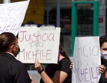 Feministas exigen justicia para Michell en ceremonia a Benito Juárez