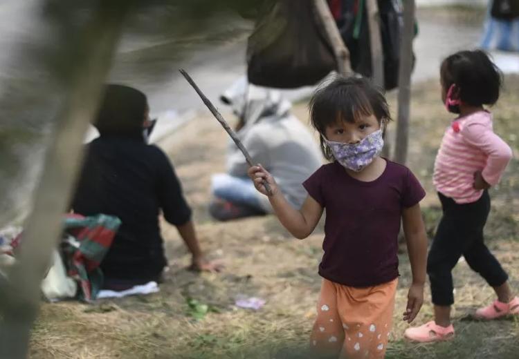 Niños migrantes esperan en hoteles de EU a ser deportados, revela investigación