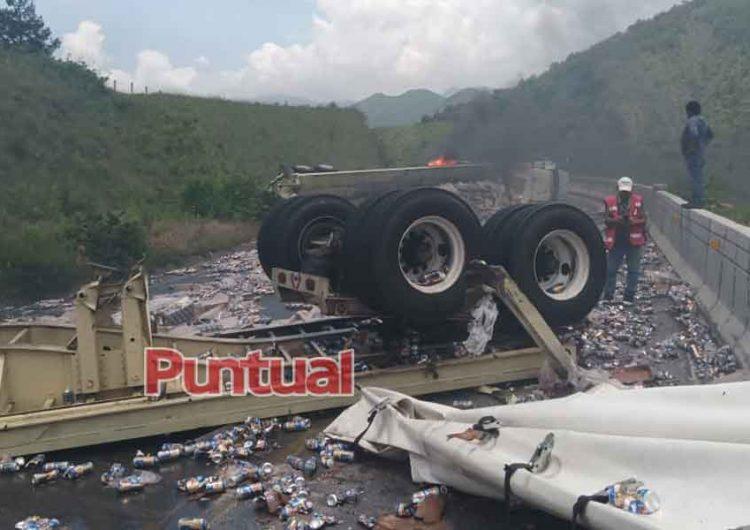 Tráiler cargado de cerveza pierde el control y vuelca en la autopista Puebla-Orizaba
