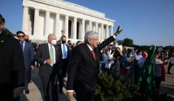 Galería: AMLO deja ofrendas a Lincoln y Juarez en Washington…