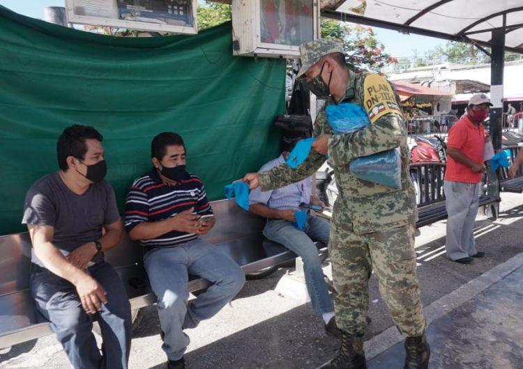 Reparten soldados cubrebocas en central de abasto de Campeche