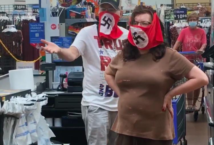 Una pareja de EU es expulsada de Walmart por usar banderas nazi como cubrebocas