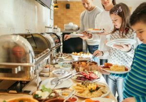 """Buffet: cómo el coronavirus está matando lentamente los restaurantes """"todo incluido"""""""