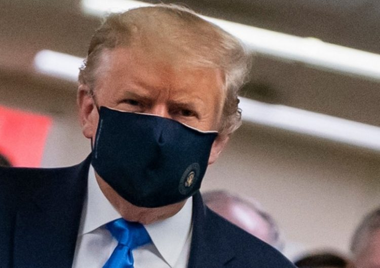 Las primeras imágenes de Trump con cubrebocas mientras su país sigue con récords de contagios