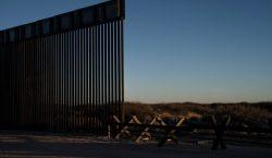 Nativos americanos bloquean la construcción del muro para proteger cementerios…
