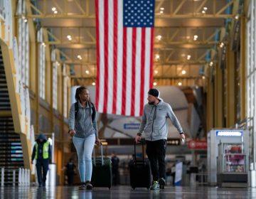 Cuarentena voluntaria: Estados Unidos emite guías para quienes viajen al país