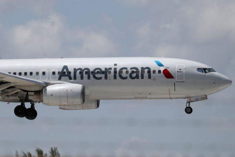 Pasajeros aplauden cuando mujer es expulsada de un vuelo por negarse a usar cubrebocas