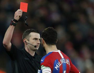 Futbolistas que tosan hacia un rival o árbitro serán expulsados del partido, dice la Ifab