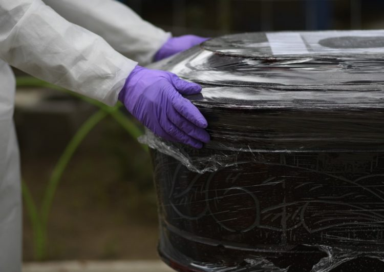 Empresarios bolivianos fabrican hornos crematorios portátiles ante la crisis del coronavirus