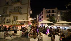España cierra bares y discotecas para contener el rebrote de…