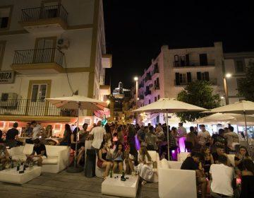 España cierra bares y discotecas para contener el rebrote de coronavirus