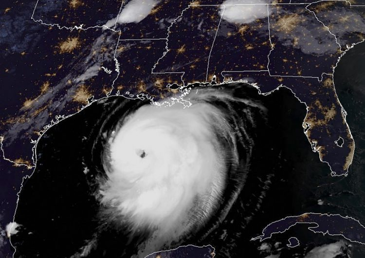El huracán Laura pasa a categoría 4 y amenaza costas de EU