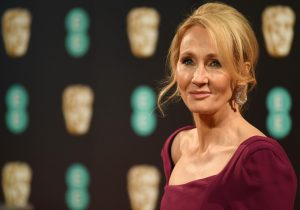 J.K. Rowling, creadora de la saga Harry Potter, devuelve un premio acusada de transfobia
