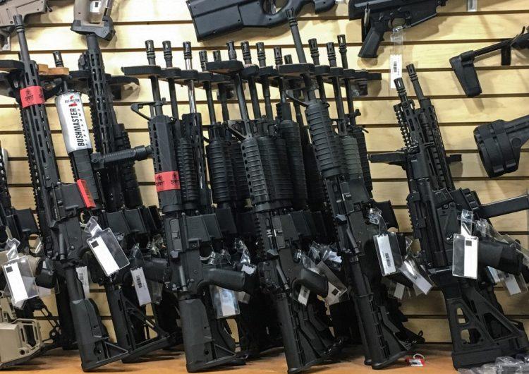 Hombre dispara a policías con una AK-47 tras disputa sobre uso de cubrebocas en una tienda