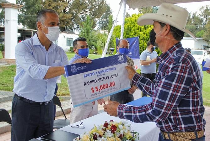 Entregan apoyos económicos a productores de Jesús María