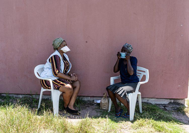 Con un micrófono, un pin y una canción, MSF lucha contra el estigma del COVID-19 en Sudáfrica