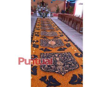 En Huaquechula, Puebla, elaboran colorida alfombra hecha con frijol y maíz