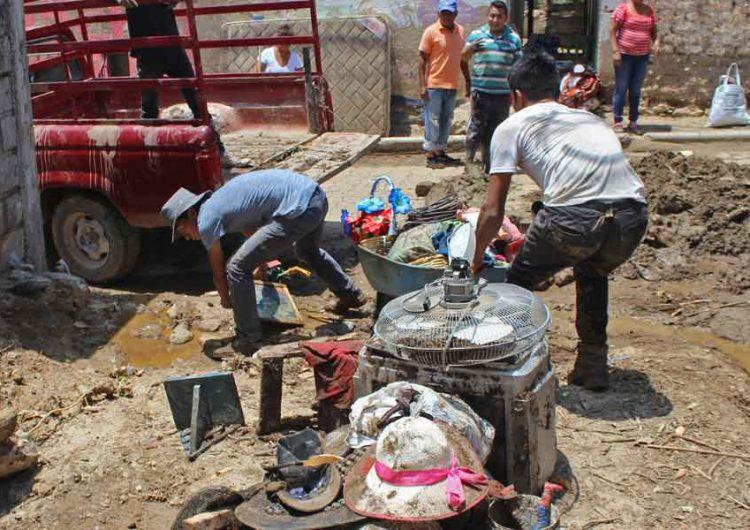 En la Mixteca Poblana, corriente de agua arrastra a hombre y a su auto