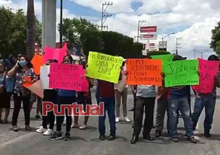 Protestan familiares, piden la liberación de la hija de alcalde de Ajalpan ligado al narco