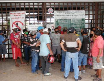 Cierran pescadores acceso a oficinas federales