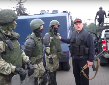 """Con chaleco antibalas y un rifle, Lukashenko """"vigila"""" protesta que reclama su salida"""