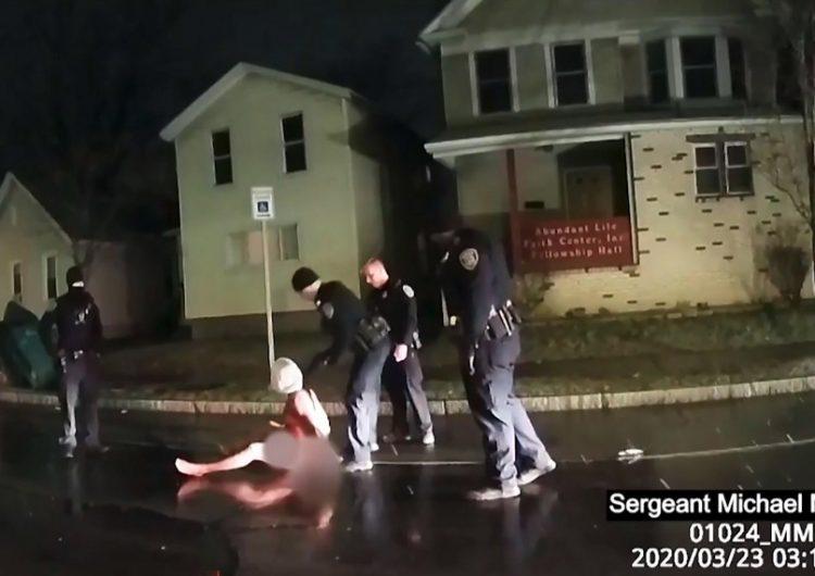 Suspenden a policías involucrados en la muerte de hombre negro a quien encapucharon durante su arresto