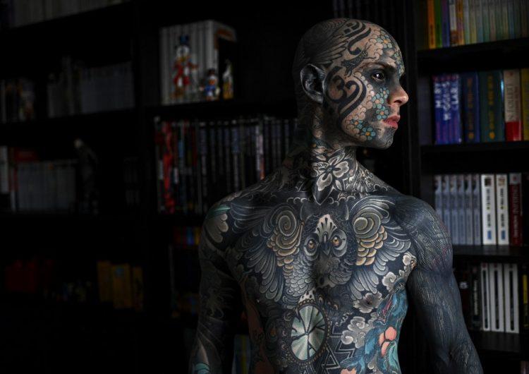 Sylvain, el profesor de primaria que perdió su trabajo por estar completamente tatuado