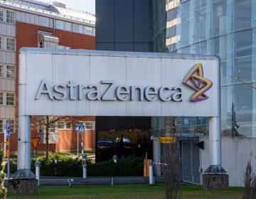 Suspenden estudio de vacuna AstraZeneca contra COVID-19; sospechan de reacción adversa en un participante