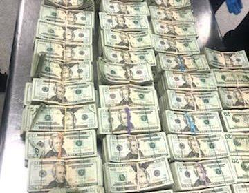 Encuentran medio millón de dólares escondidos en una silla en el aeropuerto de Miami