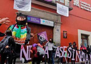 Feministas poblanas cierran la CEDH Puebla con cintas, anuncios, carteles y pintas