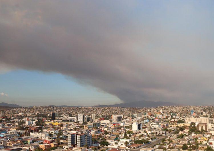 Advierten sobre contaminación y caída de ceniza en Tijuana por incendio en California