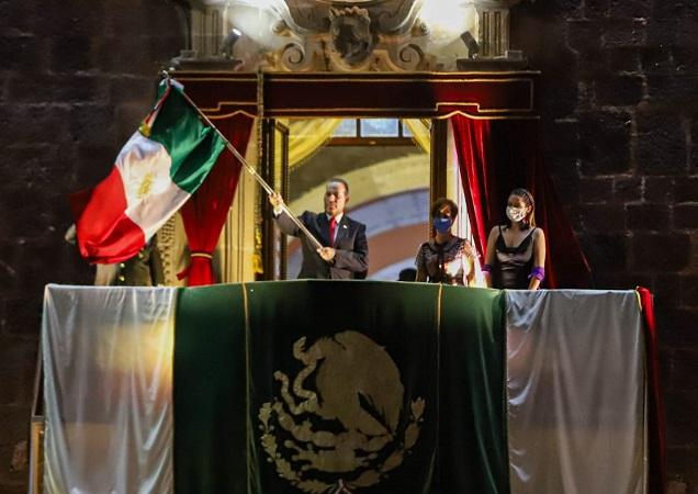 Ante policías y militares, Martín Orozco encabeza Grito de Independencia