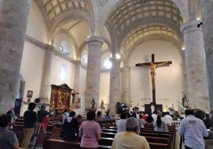 Reabren iglesias, Obispo celebra misa
