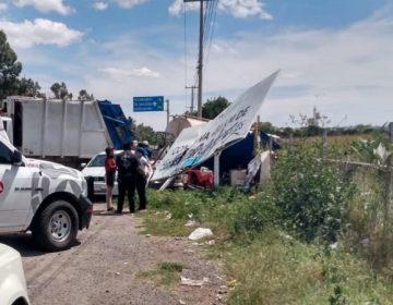 Pipa arrolla puesto de comida en carretera de Aguascalientes; deja dos muertos y cinco lesionados